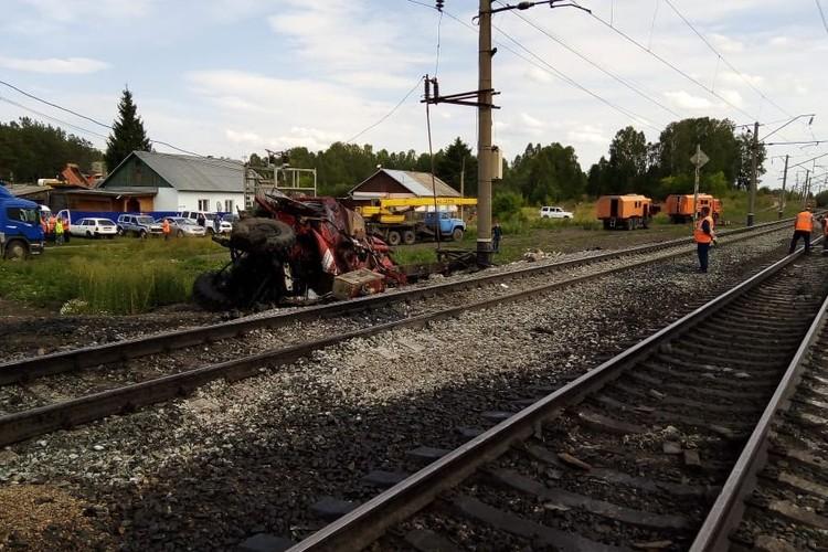 Пожарная машина столкнулась с поездом в Алтайском крае, один человек погиб.
