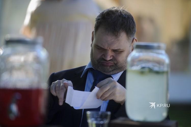 Сейчас Олег пишет книгу о том, как тяжело ему жилось в пансионате
