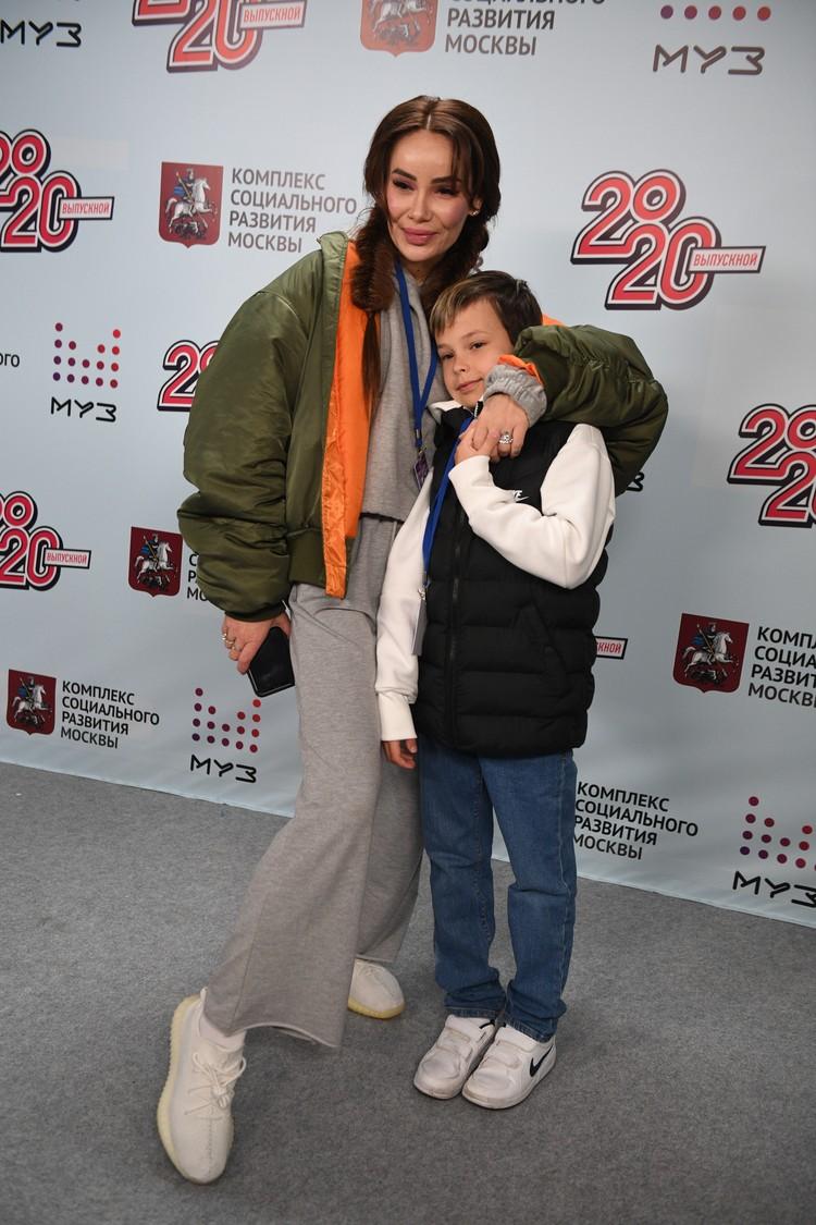 Айза с сыном Сэмом.