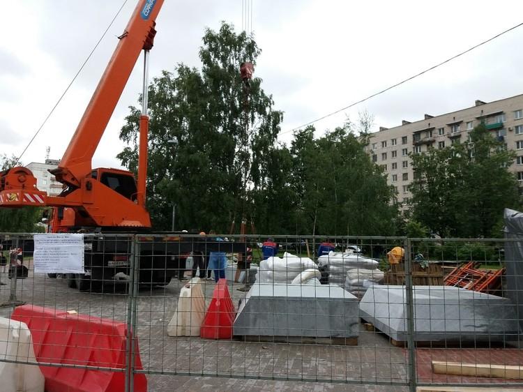 Работы по установке памятника вовсю идут. Фото: vk.com/mo_dachnoe