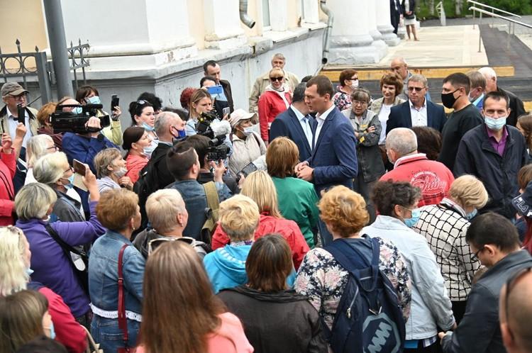 Дегтярева окружили жители Хабаровска