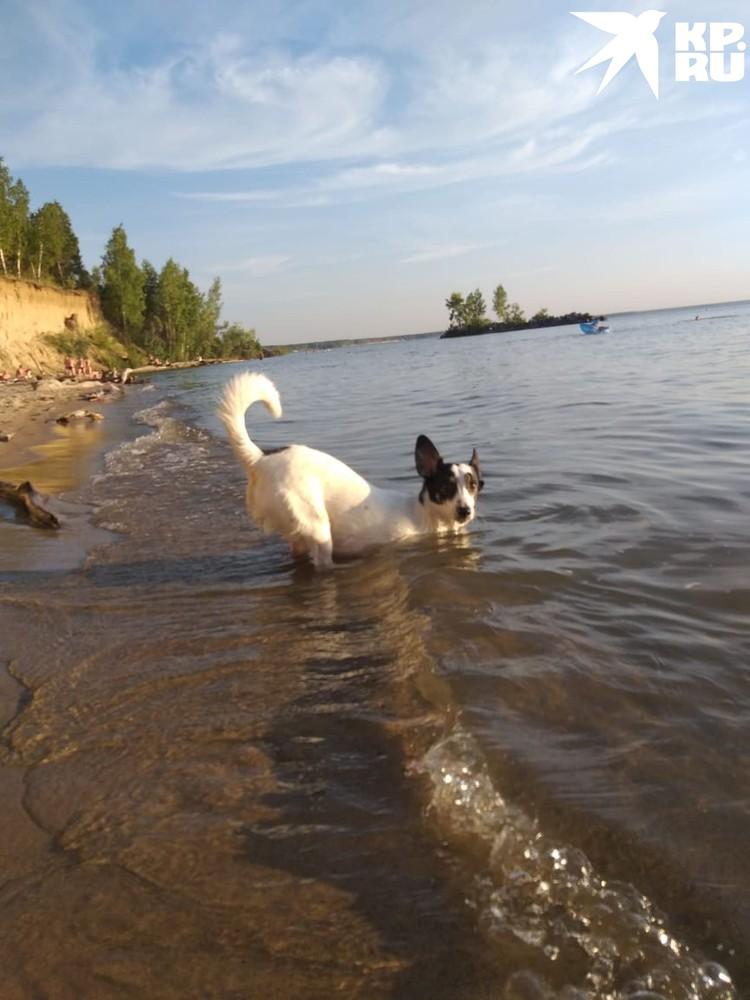 Ирина помогает подруге плавать. Фото: Ирина АНИКИНА