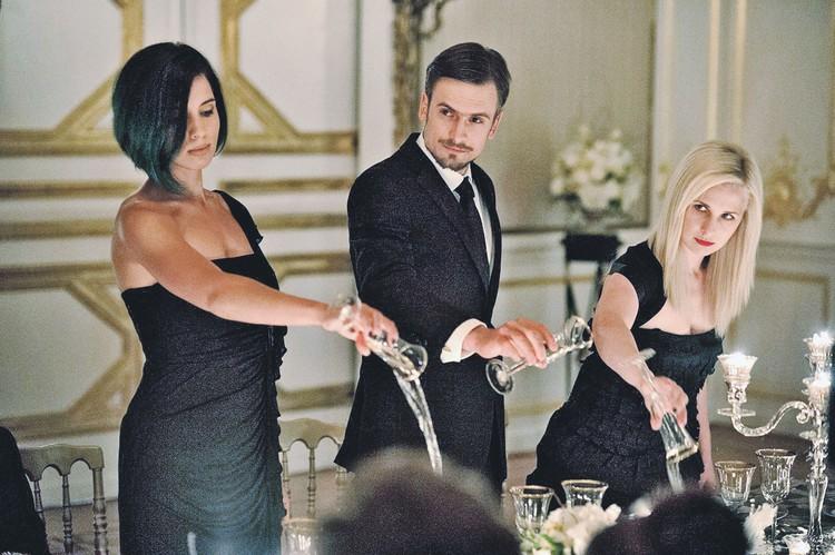 Толоконникова (слева), Верзилов и Алехина проводят очередную акцию - выливают шампанское на стол. Фото: Кадр из фильма