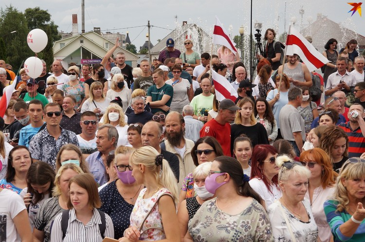 Около тысячи человек собралось на пикете Тихановской в Речице