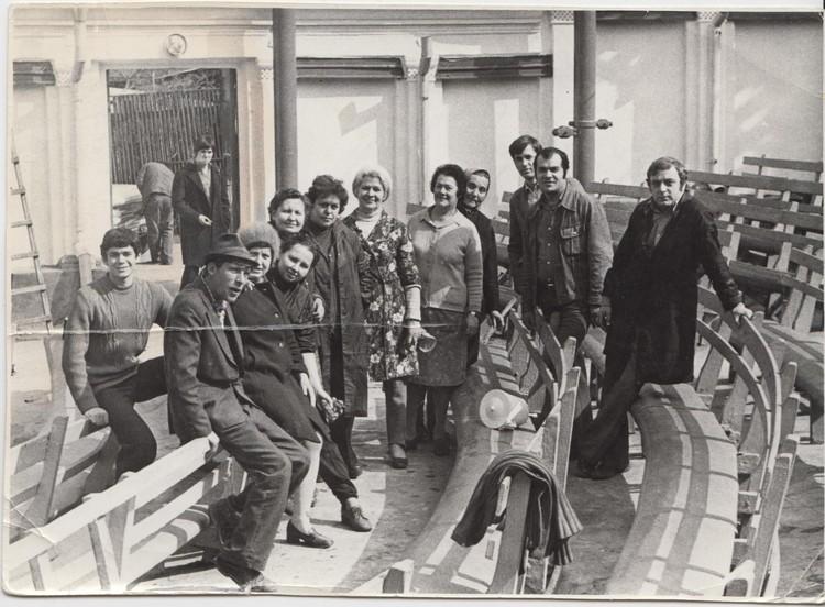 Работники летнего кинотеатра, который был в парке. Фото: соцсети