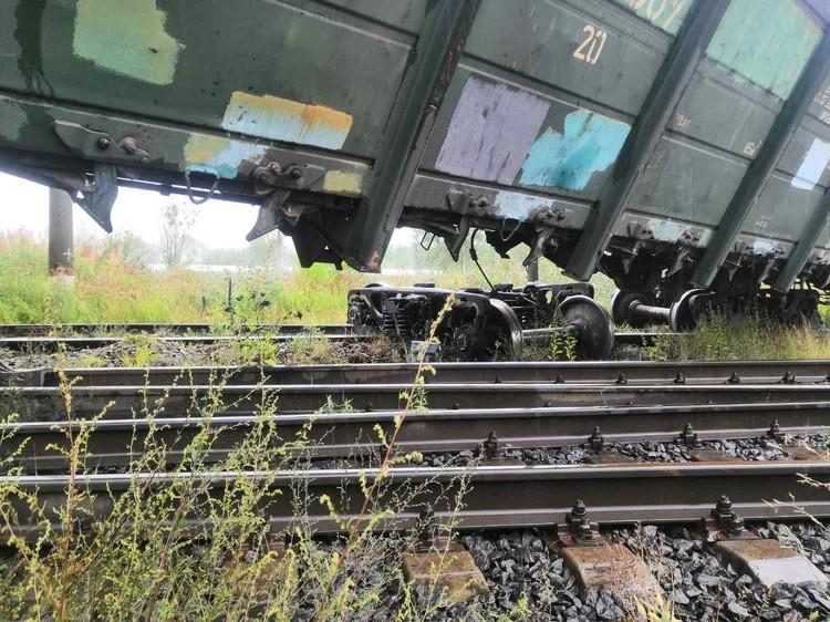 Вагоны сорвало с рельсов. Фото: ГУ МЧС по СПб