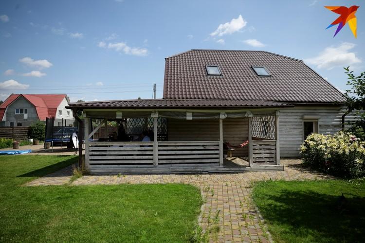 -Читал как-то: «Дмитриев живет в шикарном доме». На самом деле у меня небольшой дом, 120 метров - бывшая дача, которую мы с женой переделали в загородный дом.