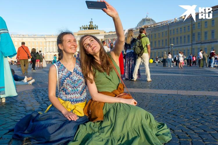 Петербург - сам как музей. И рассматривать его экспонаты можно просто прогуливаясь по улицам