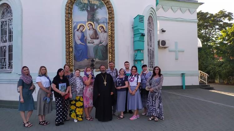 Протоиерей Иоанн Осяк рассказал участникам экскурсии о жизни своего прихода