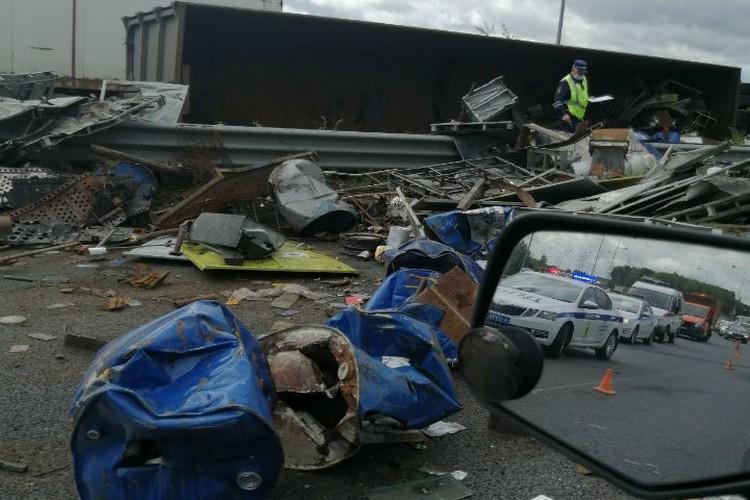 Металлолом, который перевозил грузовик, раскидало на расстоянии нескольких десятков метров. ФОТО: читатель КП-Ярославль
