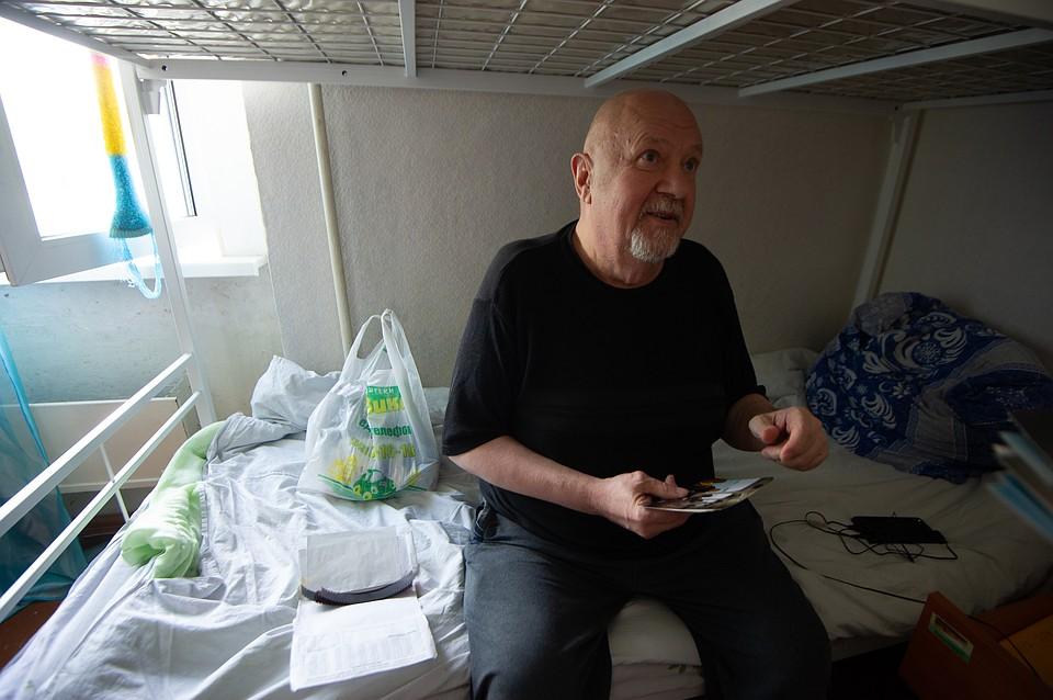 О жизни в Америке Шавкунов вспоминает, пересматривая свои старые фотографии. Фото: Алексей БУЛАТОВ
