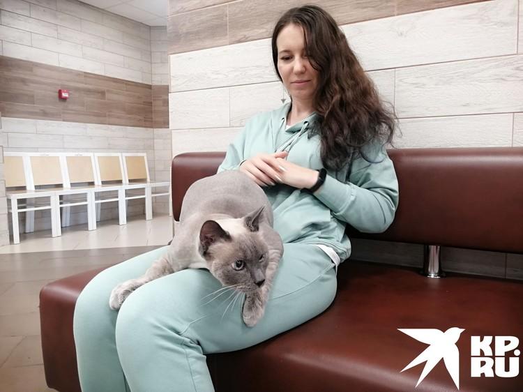 Ольга и ее «сын» ждут приема у врача. Фото: Анна ПАШАГИНА.