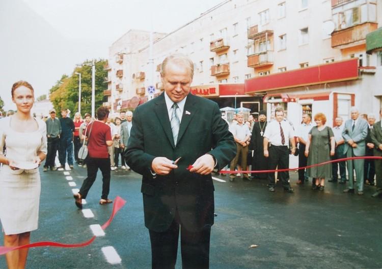 Открытие после ремонта моста на улице Театральной 31 августа 2002 года.