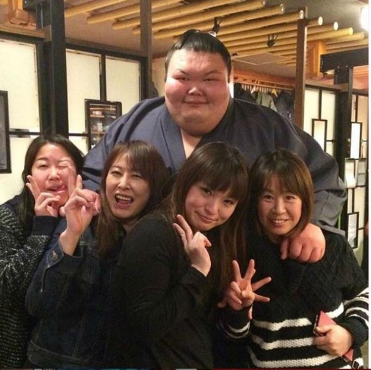 В Японии, с поклонницами сумо.