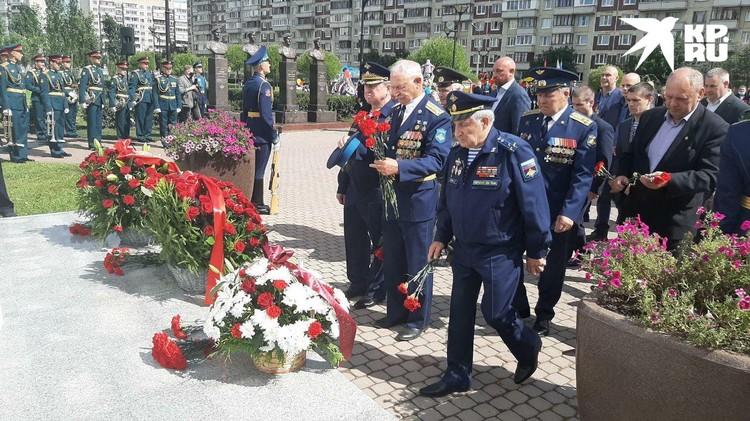 К мемориалу легендарной псковской роте сегодня несли цветы