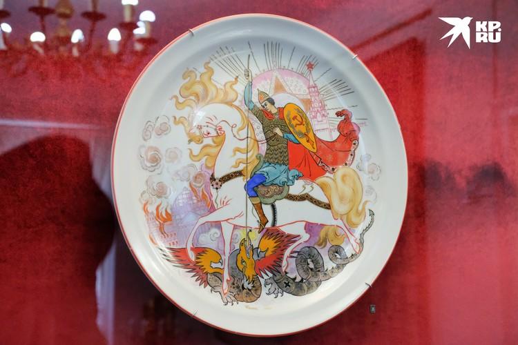Советские символы легко вплелись в древнерусский стиль живопись