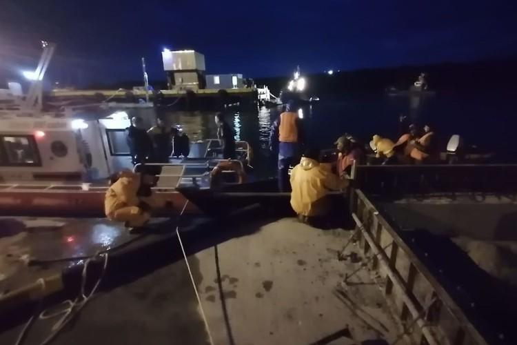На буксире лодку доставили на берег. Фото: 65.mchs.gov.ru