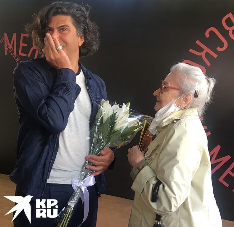 Римма Сергеевна так разволновалась от встречи с кумиром, что ей потребовалась помощь, чтобы спуститься с веранды, где происходил пресс-подход.