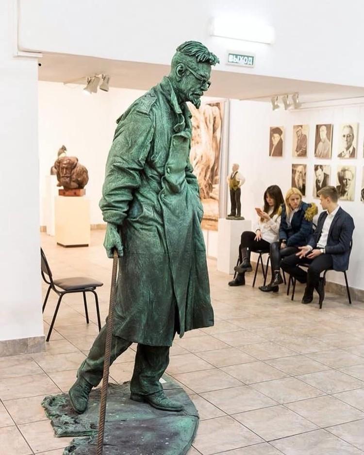 Еще при жизни скульптор Михаил Баскаков изваял скульптуру писателя в полный рост.