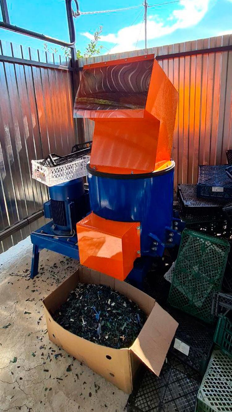 Цех по переработке пластиковых отходов и мусора на территории отеля.