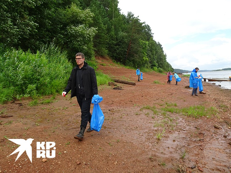 Волонтеры собирают мусор на котельничском захоронении парейазавров