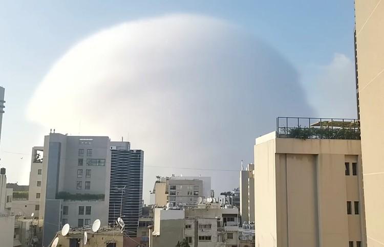 Бейруте. Облако, возникшее на месте взрыва и запечатленное очевидцами, было похоже на ядерный гриб