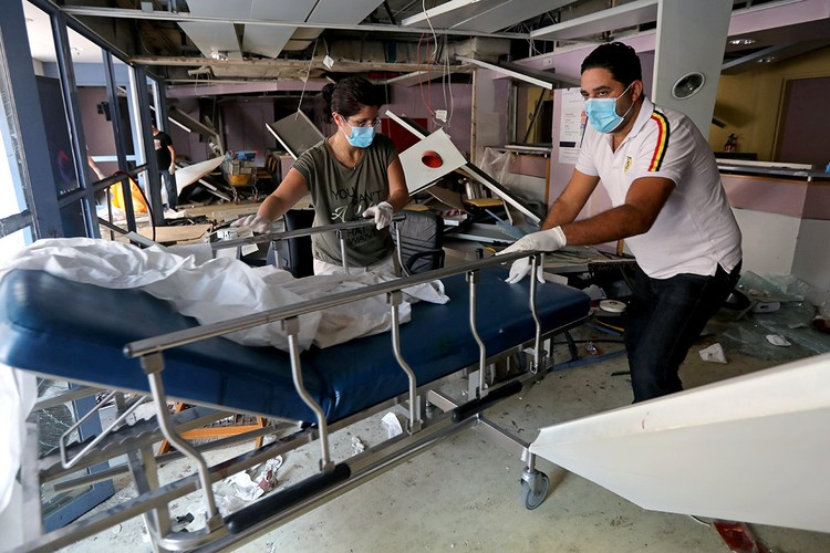 Ситуация усложняется тем, что взрыв серьезно повредил ряд больниц города.