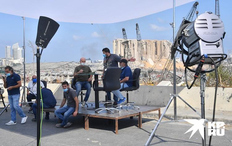 На фоне порта Бейрута местные телевизионщики налаживают студию.