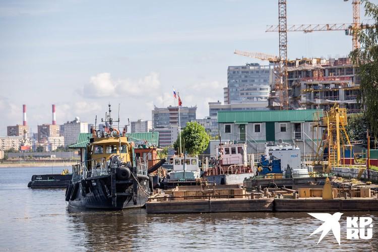 На пристани есть и более мобильные катера-нефтесборщики.
