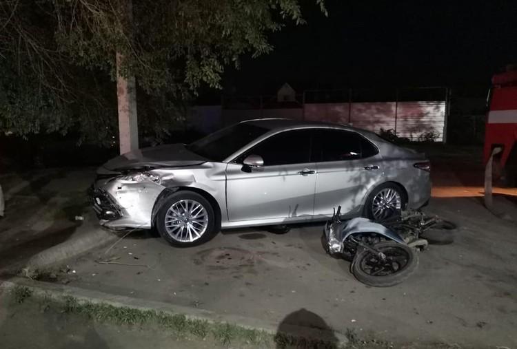 Водитель протаранил припаркованные там автомобиль Toyota Сamry и мотоцикл Racer. А после этого — сбил двух пешеходов. Фото: НОВОСТИ ДНЯ КАИНСК, БАРАБИНСК\https://vk.com/yznai_vse_nsk