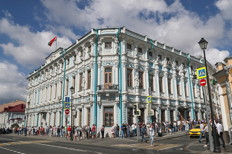 Очередь у посольства Белоруссии в Москве. Фото: Станислав Красильников/ТАСС