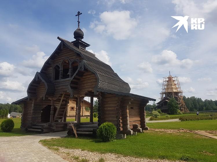 Сейчас реставрируют крышу монастыря. Ждут 29 августа с визитом патриарха Кирилла, а пока принимают в гости всех желающих. На территории монастыря живут всего пять священнослужителей. Женщинам при надобности дадут юбки, платки и свечи