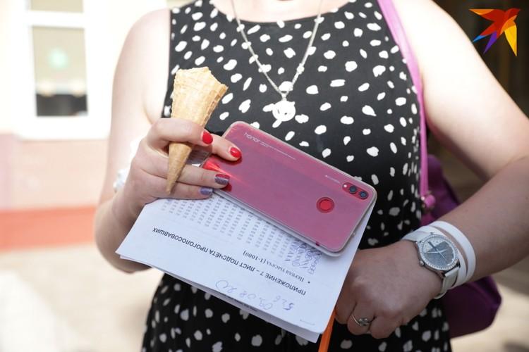 Некоторые считают проголосовавших и записывают на телефон, кто-то пишет на бумаге