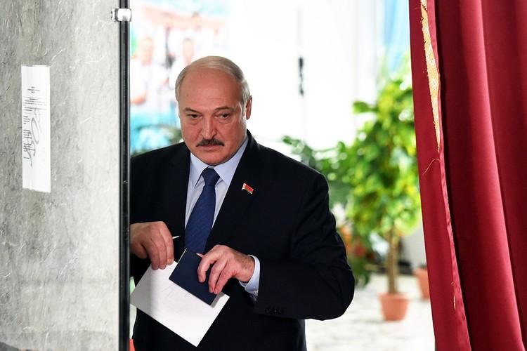 Лукашенко проголосовал на избирательном участке в окружении белорусских журналистов