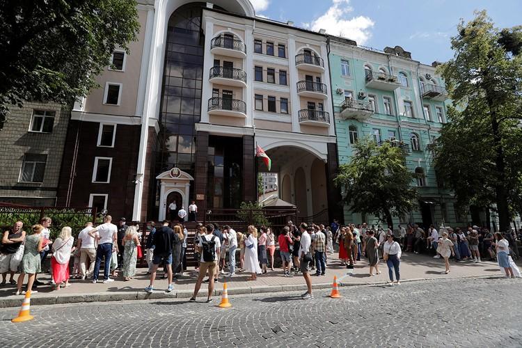 Очередь у посольства Белоруссии в Киеве.