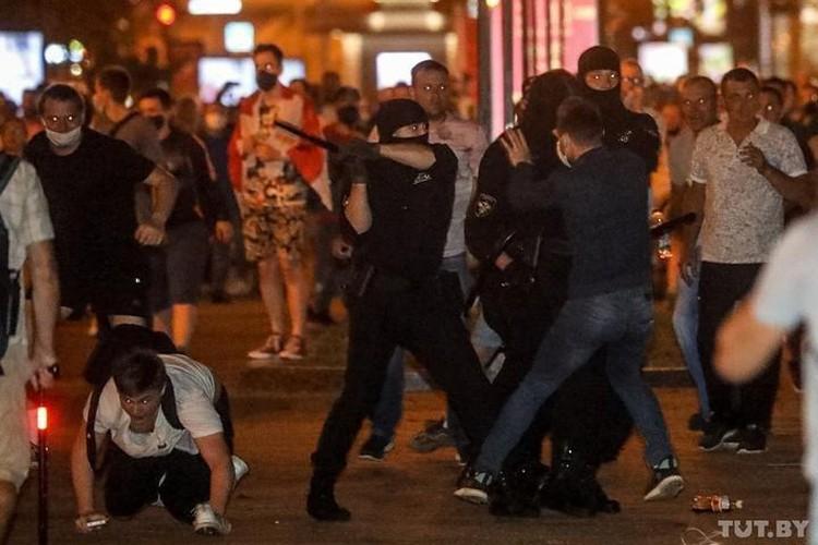 Милиция через громкоговорители уговаривает людей разойтись по домам. Но группки молодежи продолжают оставаться на улице. Фото: tut.by