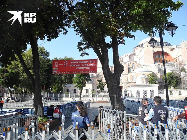В Стамбуле строжайший масочный режим, о чем напоминает надпись на баннере