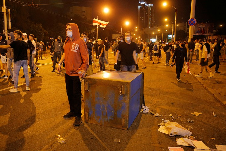 Около полутора тысяч человек попытались соорудить баррикады из уличных мусорных урн и всего, что подворачивалось под руку