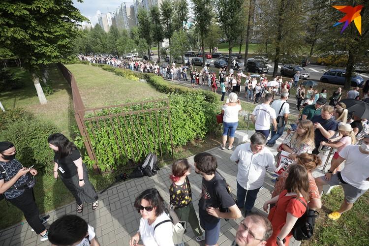 Огромные очереди на избирательных участках - еще один отличительный момент этих выборов.