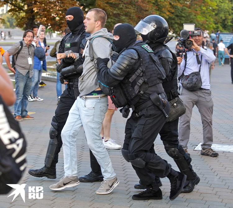 """Сотрудники ОМОН """"пакуют"""" очередного задержанного."""