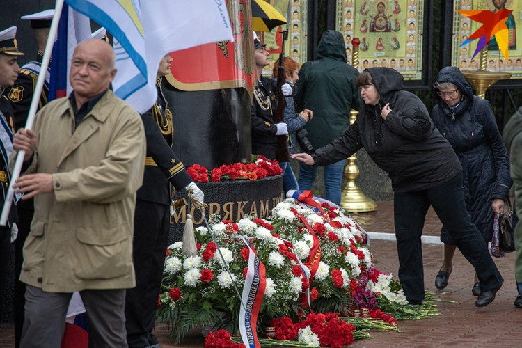 Мурманчане не поскупились на цветы, чтобы почтить память героев.