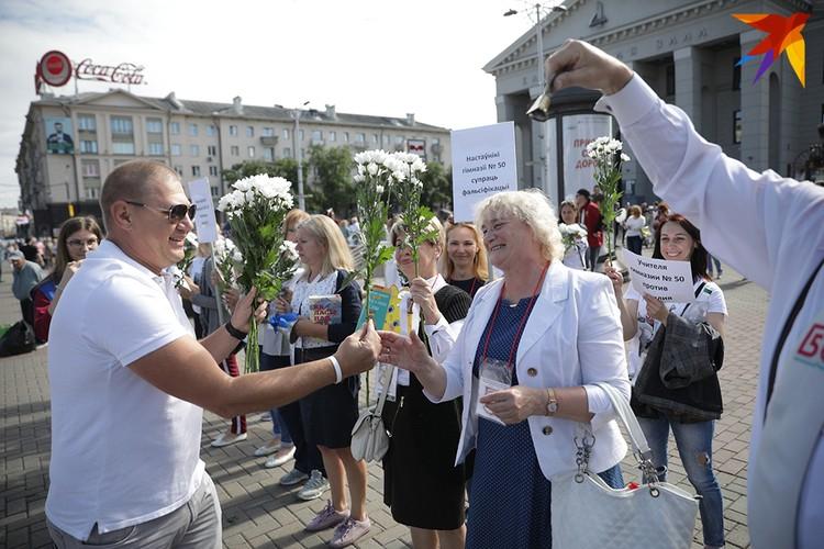 Внук Сергея Граховского пришел поддержать учителей, где преподавала его бабушка.