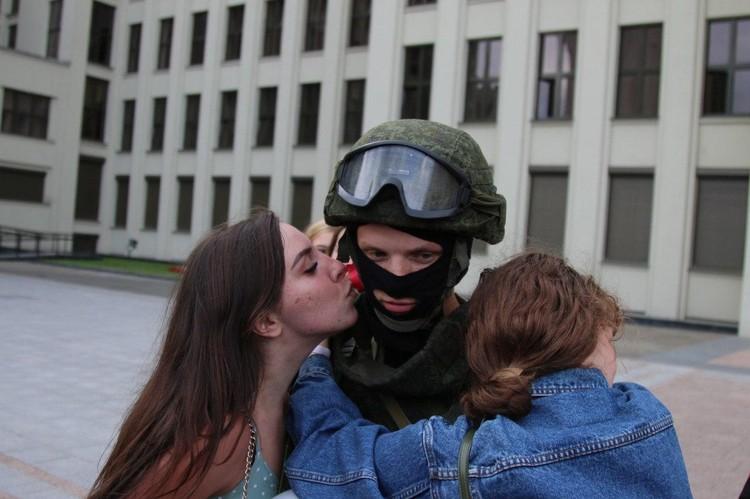 Лукашенко просит не провоцировать людей с оружием