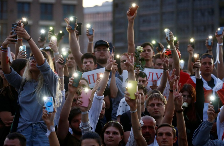 15 августа сотни людей собрались у гостелерадиокомпании Белоруссии