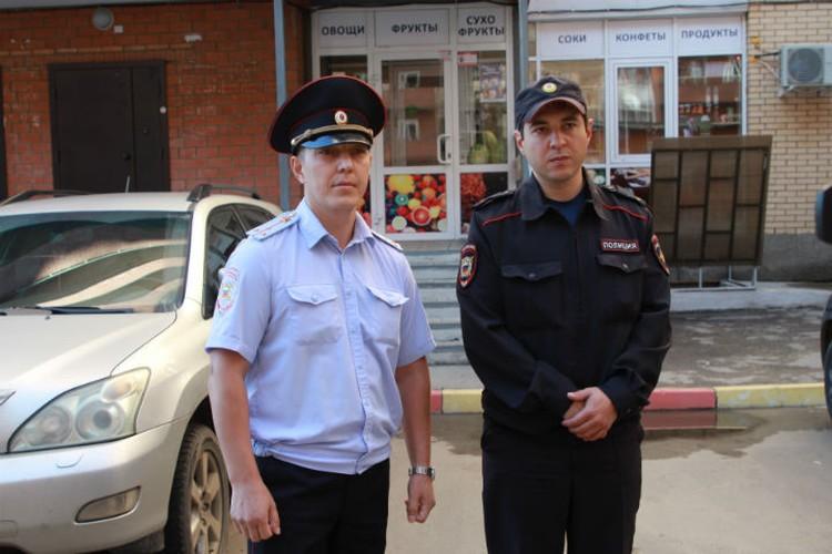 Полицейские у того самого магазина, где лежала окровавленная девочка.