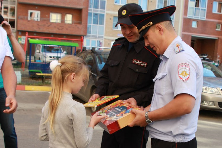 Станислав и Александр пришли навестить девочку не с пустыми руками. Они вручили Саше набор первоклассника.
