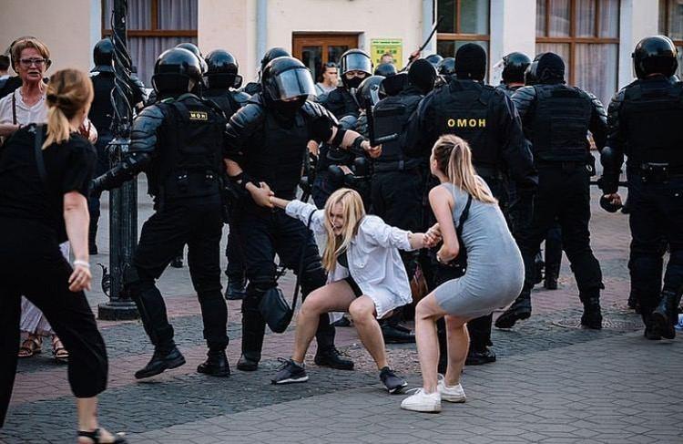 Жесткий разгон протестующих настроил против белорусского лидера весь мир.