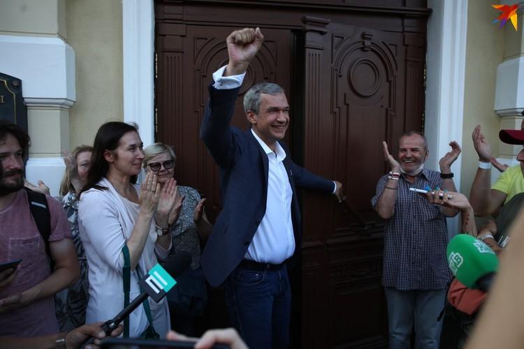 апомним, директор Купаловского театра Павел Латушко пришел на марш свободы в Минске, чтобы высказаться против жестокости и насилия.