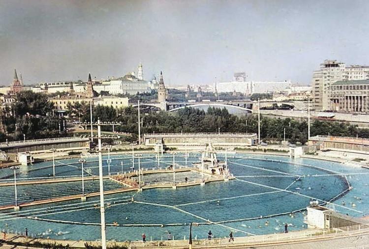 В 1960-м на этом месте открыли самый большой в СССР плавательный бассейн «Москва». Сейчас здесь воссоздан храм Христа Спасителя. Фото: histrf.ru