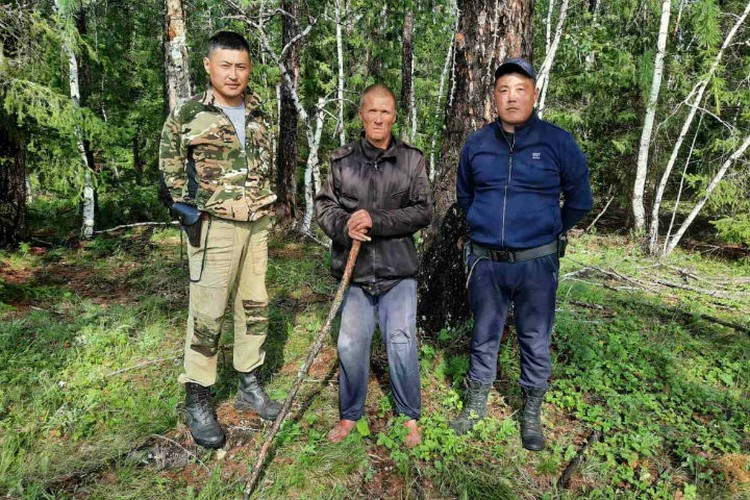 Вячеслав и полицейские, которые его нашли. Фото: ГУ МВД России по Иркутской области